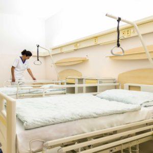 V Nemocnici Svet zdravia Topoľčany pribudlo 56 nových polohovateľných postelí a 56 nočných stolíkov.